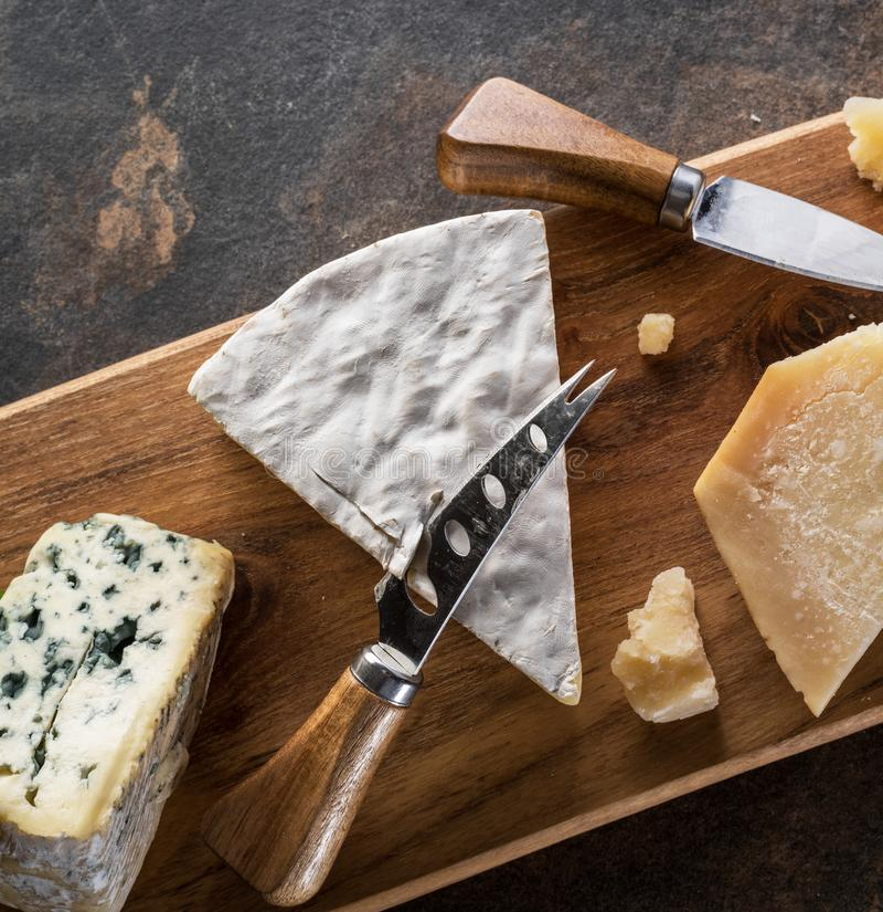 Блюдо сыров с голубыми сырами на каменной предпосылке Взгляд сверху стоковые изображения