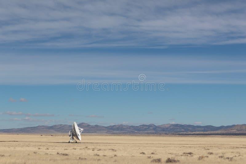 Блюдо радио-астрономии очень большого массива одиночное самостоятельно в пустыне, космосе технологии науки стоковая фотография rf