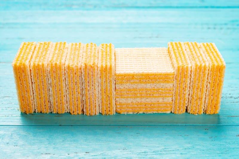 Блоки вафли сыра на голубой предпосылке стоковое изображение rf