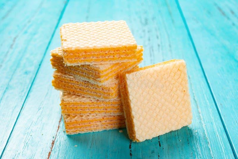 Блоки вафли сыра штабелированные на сини стоковые фотографии rf