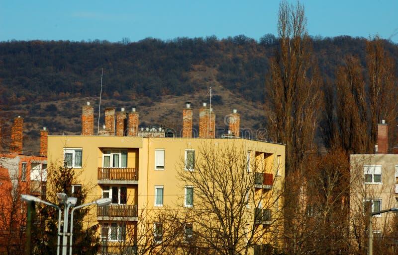 Блок квартир перед горой стоковые изображения
