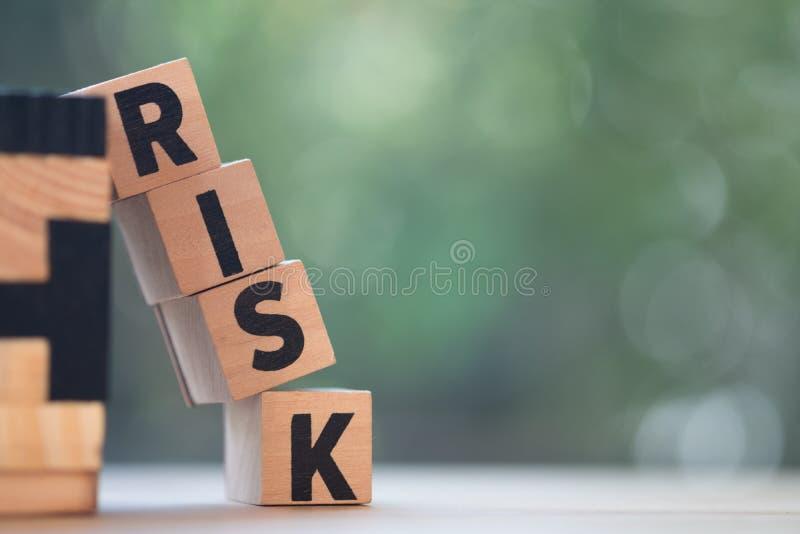 Блок куба деревянный с алфавитом строя слово РИСК Оценка степени риска стоковая фотография rf