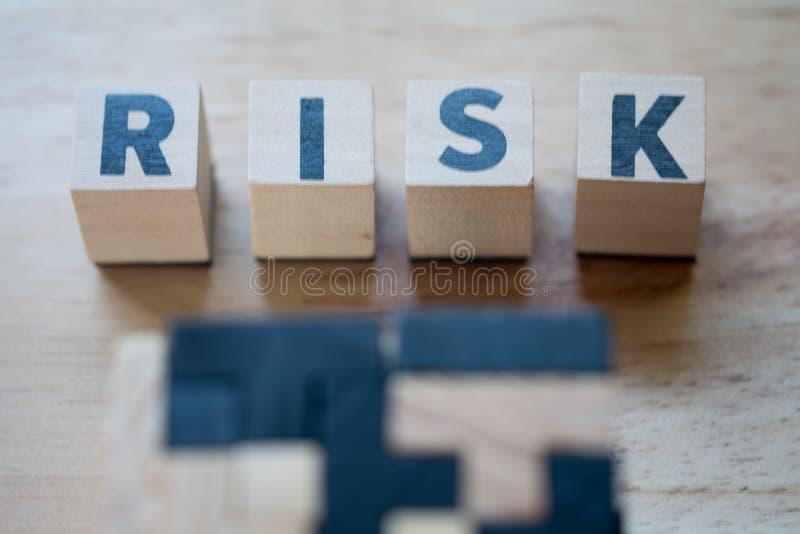 Блок куба деревянный с алфавитом строя слово РИСК Оценка степени риска стоковое изображение rf