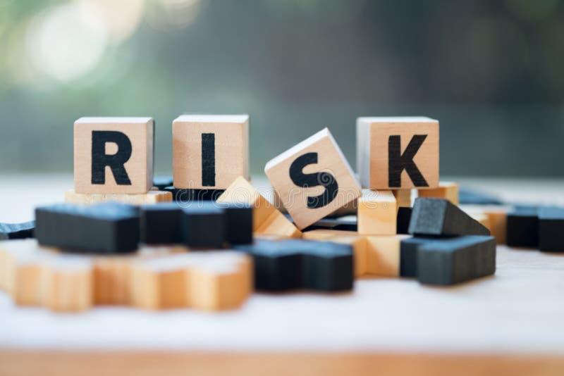 Блок куба деревянный с алфавитом строя слово РИСК Оценка степени риска стоковые фотографии rf