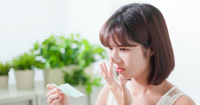 Бюварная бумага масла пользы женщины стоковое фото rf