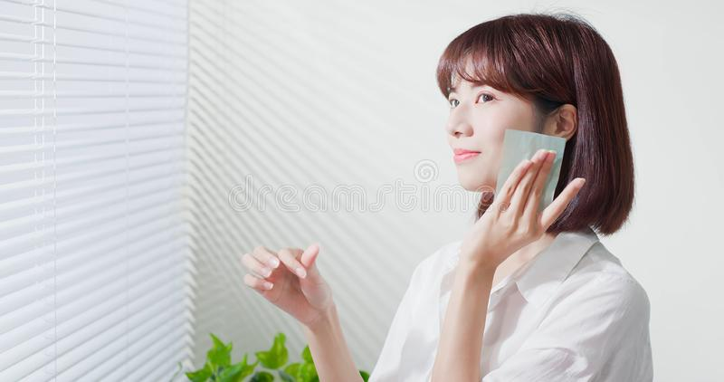 Бюварная бумага масла пользы женщины стоковые фото