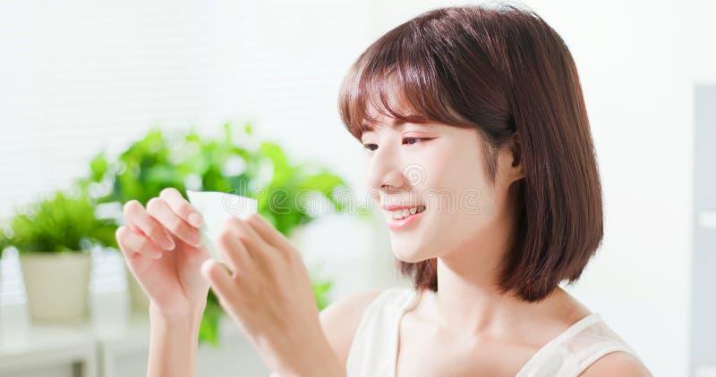 Бюварная бумага масла пользы женщины стоковые изображения rf