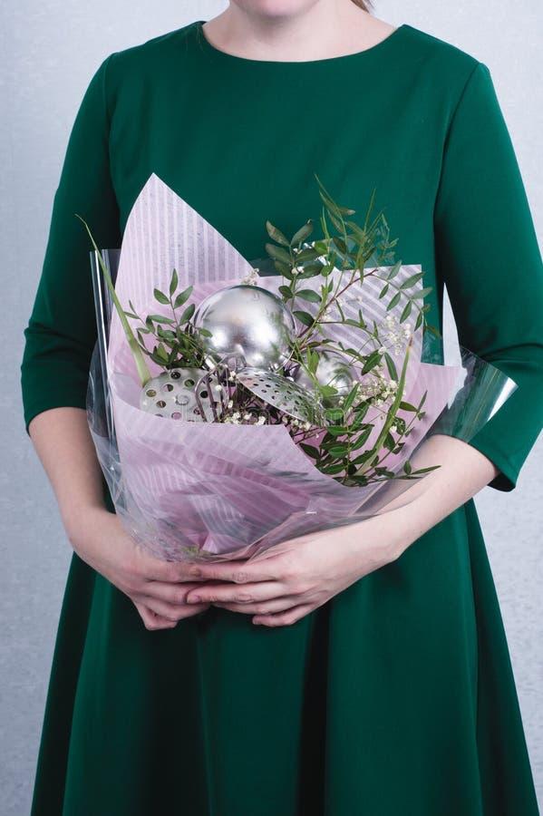 Букет владением женщины цветков и утварей кухни концепция патриархального неравенства общества и рода Сексизм и феминизм стоковая фотография