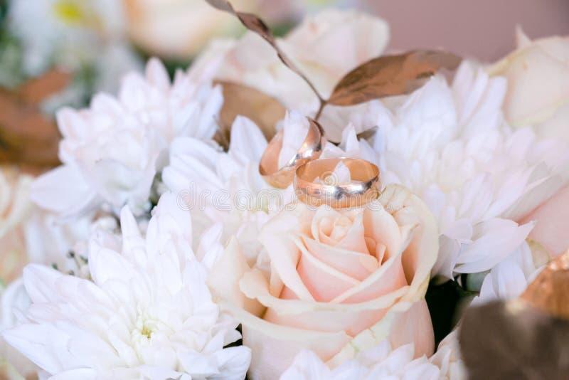 букет звенит венчание Букет свадьбы белых и золотых роз Свадьба в золотых цветах стоковое изображение
