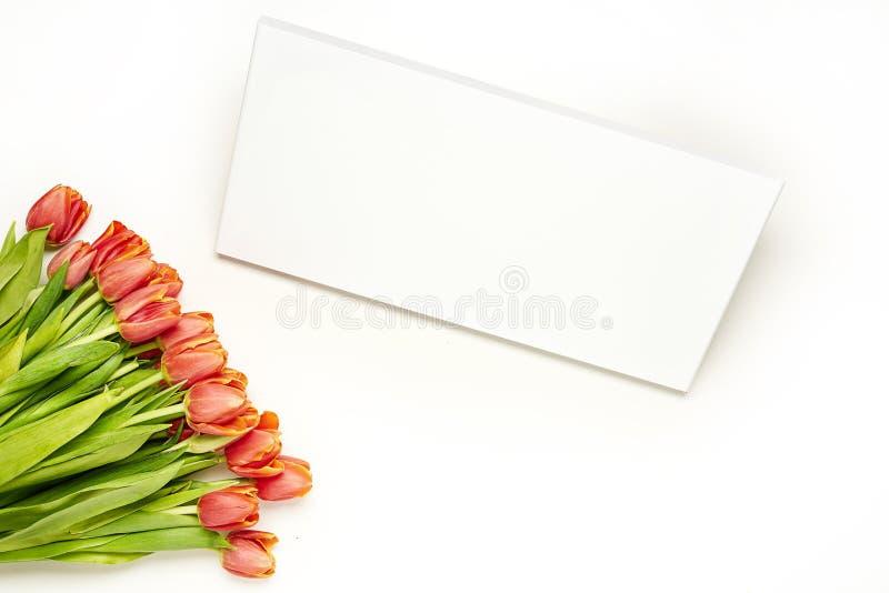 Букет с красными тюльпанами и пустая доска для вашего текста на белой предпосылке стоковое изображение rf