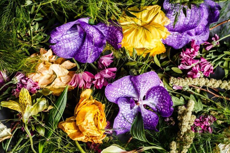 Букет ярких цветков для женщин дня, предпосылки дня матери Плоское положение Взгляд сверху стоковые изображения rf
