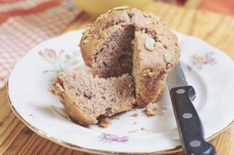 булочки циннамона и яблока Вс-зерна с семенами стоковые фото