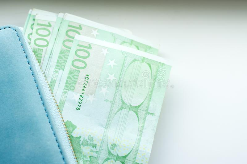 Бумажник с евро денег на белой предпосылке стоковое изображение
