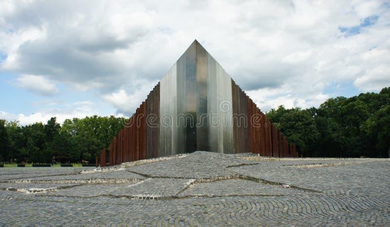 БУДАПЕШТ, ВЕНГРИЯ - 15 07 2015 - памятник утюга современного искусства в парке стоковые фотографии rf