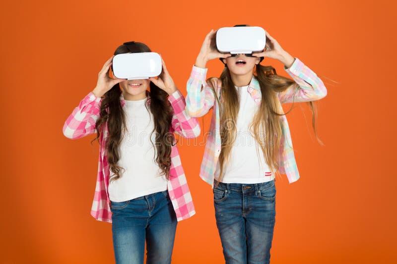 Будущее присутствует Космос кибер и виртуальная игра Технология виртуальной реальности Откройте виртуальную реальность Игра девуш стоковые изображения rf