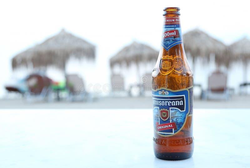 Бутылка пива на пляже стоковое изображение