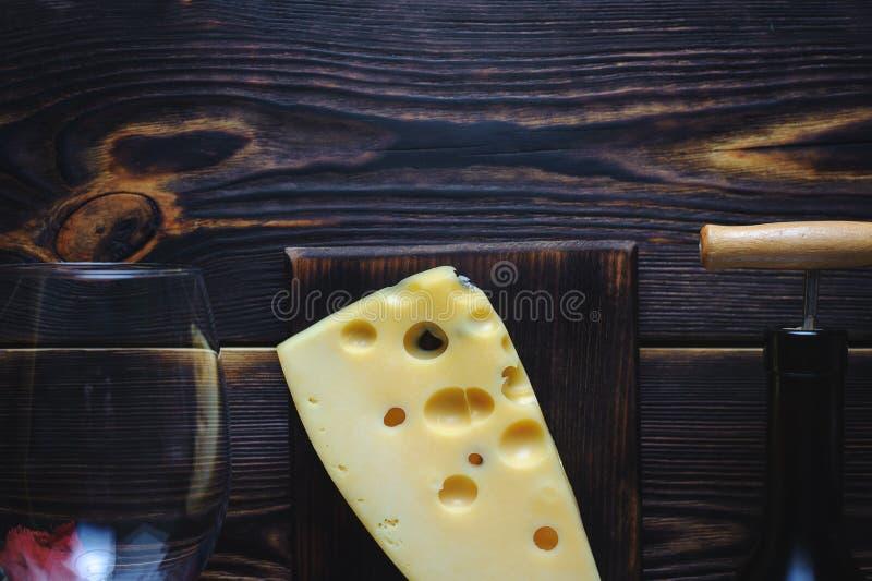 Бутылка сыра вина и стекла скопируйте космос стоковое изображение rf
