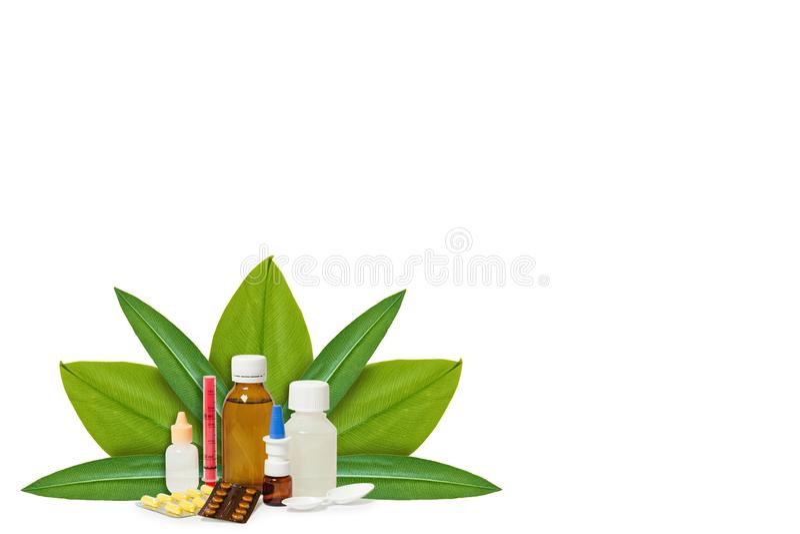 Бутылка с медициной, пилюльками на предпосылке зеленых листьев Изолировано на белизне концепция естественного начала стоковые изображения