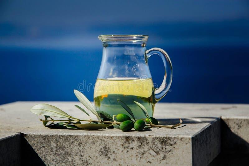 Бутылка с оливковым маслом и свежими прованскими плодами на предпосылке голубого неба стоковая фотография rf