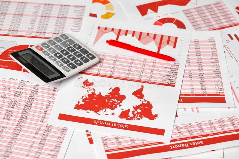 Бухгалтер бизнесмена используя калькулятор для высчитывать финансы на офисе стола концепция финансового учета дела Красные отчеты стоковое фото rf
