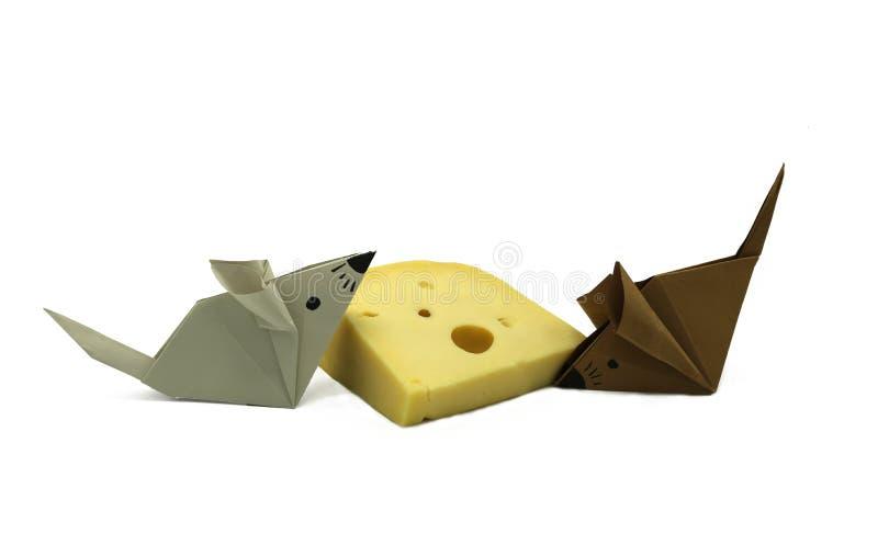 Браун серая бумажная мышь origami около большого куска сыра стоковое изображение rf