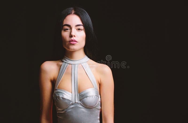 Брюнет женщины сексуальный нести серебряное женское белье bodysuit Футуристическая концепция Тело девушки привлекательное тонкое  стоковая фотография rf