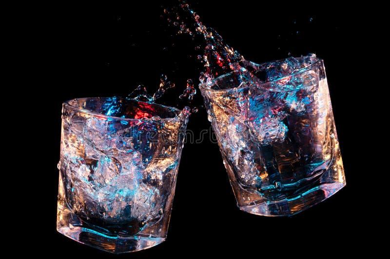 Брызгает от провозглашать тост стекла утесов на черной предпосылке стоковые фотографии rf