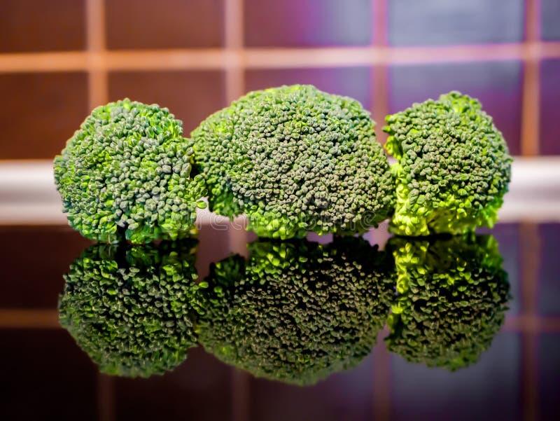 Брокколи на кухонном столе стоковое изображение