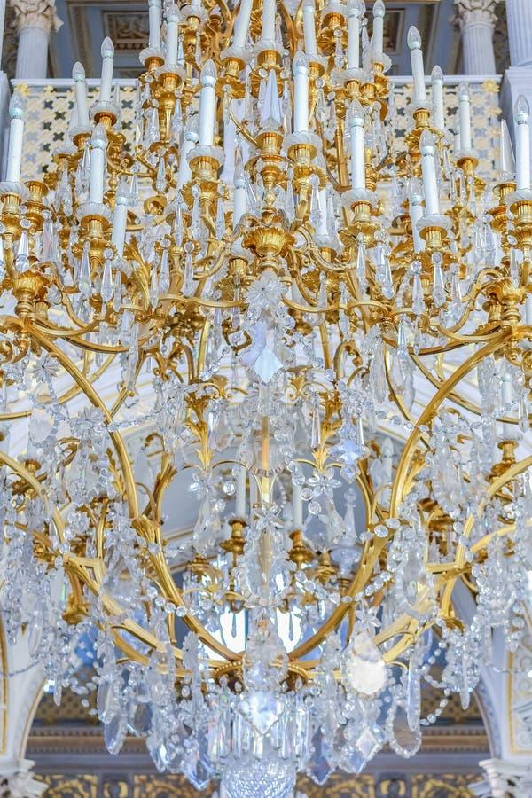 Богато украшенная люстра в музее изобразительных искусств обители и культура в Санкт-Петербурге, России в Зимнем дворце стоковое фото rf