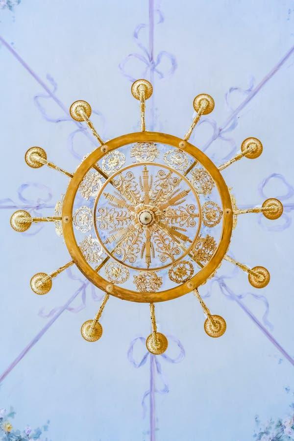 Богато украшенная люстра в музее изобразительных искусств обители и культура в Санкт-Петербурге, России в Зимнем дворце стоковая фотография