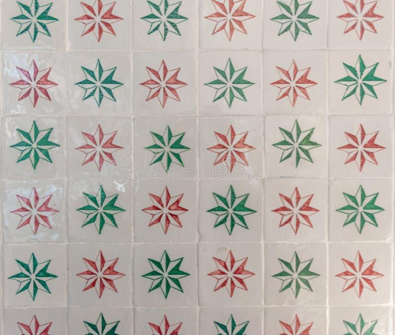 Богато украшенная ярко покрашенная portugese текстура плитки с белыми, зелеными и красными звездами стоковые изображения