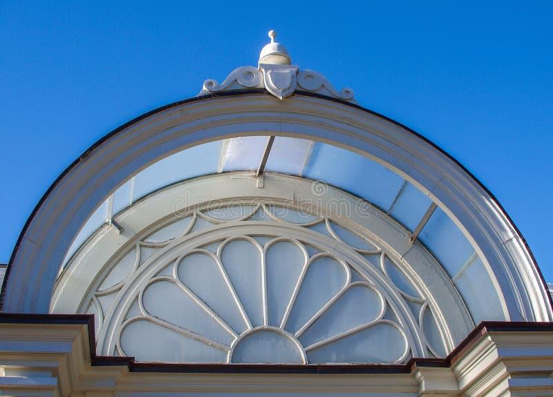 Богато украшенные стеклянные форточки на парнике стоковые фото