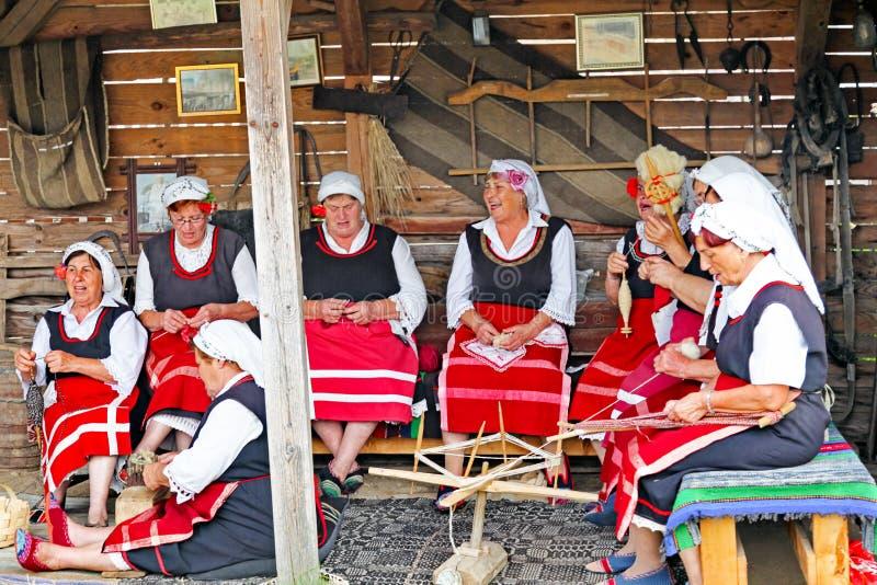 Болгарские женщины в фольклорном платье стоковые фотографии rf