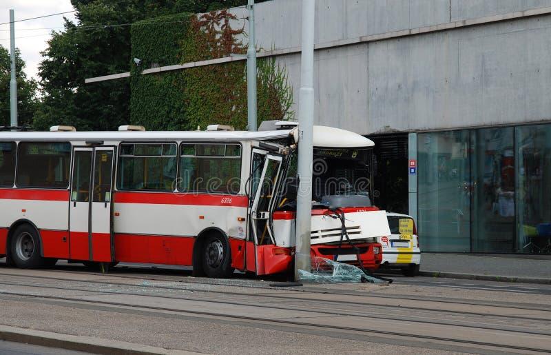 Большая авария с участием автобуса на улицах Праги стоковые изображения rf