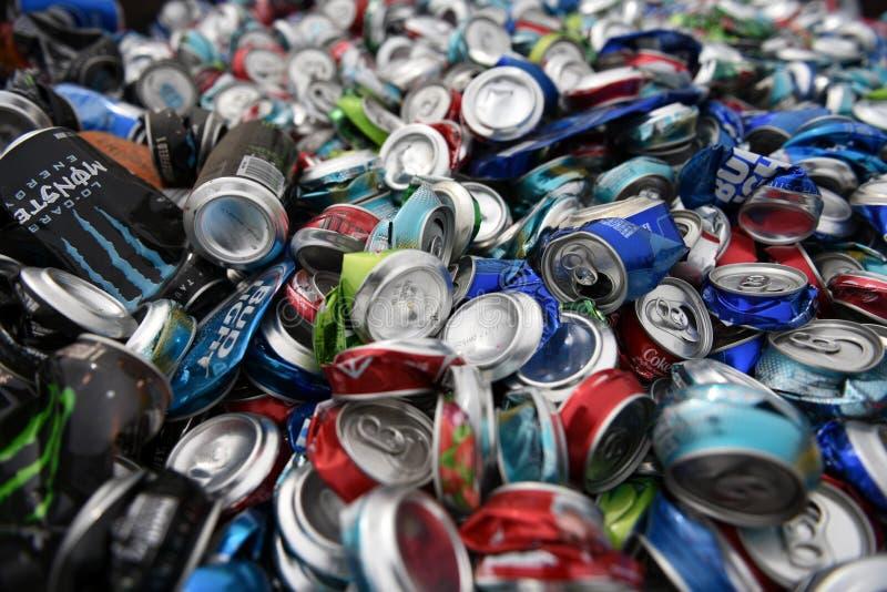Большая куча сброшенных, поломанных, задавленных, пустых, использованных алюминиевых пива и консервных банок напитка соды стоковые изображения rf