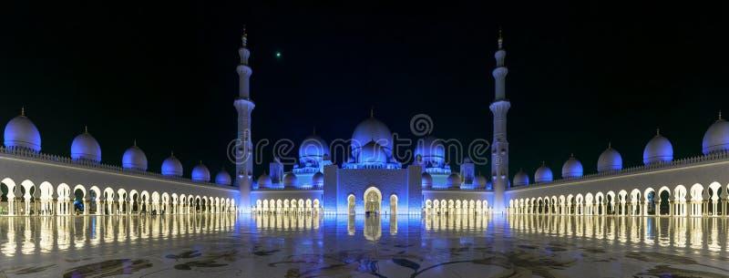 Большая панорама шейха Zayed Больш Мечети в вечере стоковая фотография rf