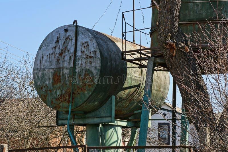 Большая старая ржавая станция воды танка против неба стоковое изображение rf