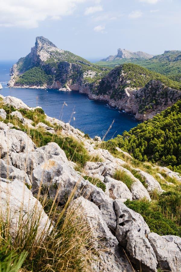 Большие горы формируя вертикально, очень высокие берега стоковые изображения