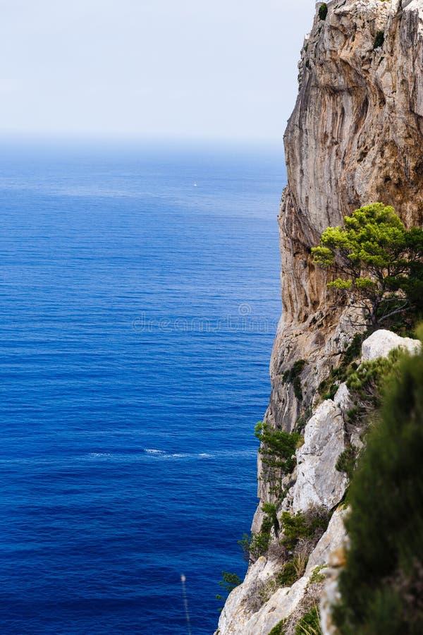 Большие горы формируя вертикально, очень высокие берега стоковое фото rf