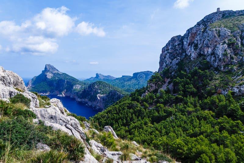 Большие горы формируя вертикально, очень высокие берега стоковое изображение rf