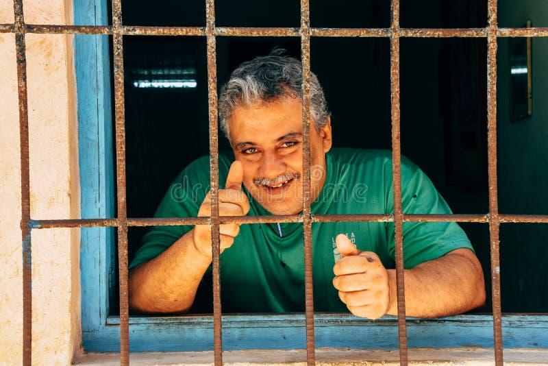 Большие пальцы руки вверх для камеры в Гаване, Кубе стоковые изображения