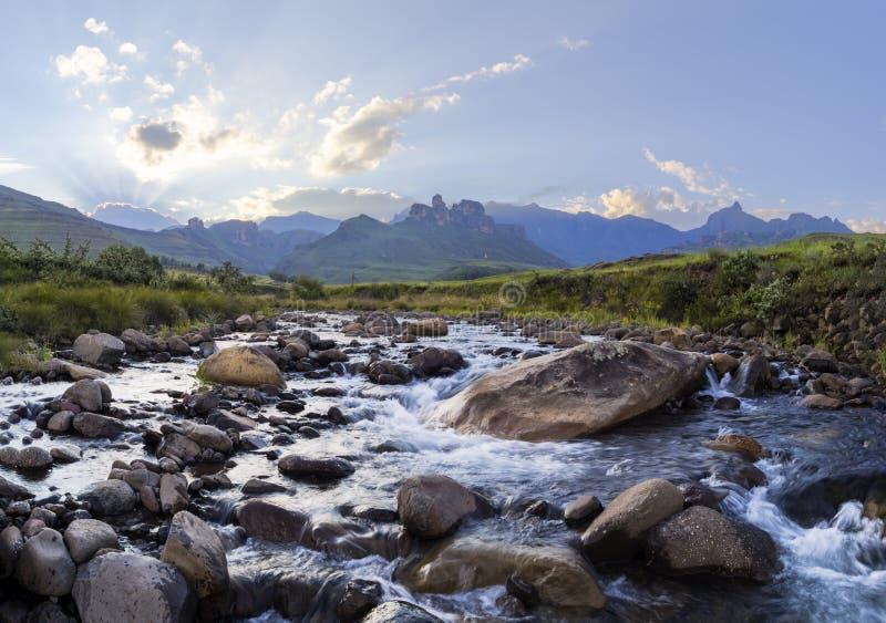 Большие утесы в русле реки стоковое фото rf