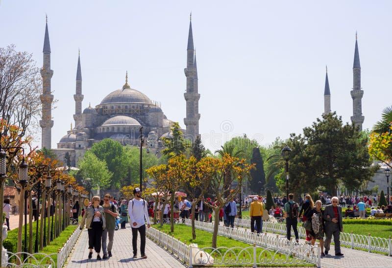 Большое количество резиденты и туристов Стамбула ежедневно посещают квадрат Ahmet султана перед голубым султаном Ahmet Ca мечети стоковое фото