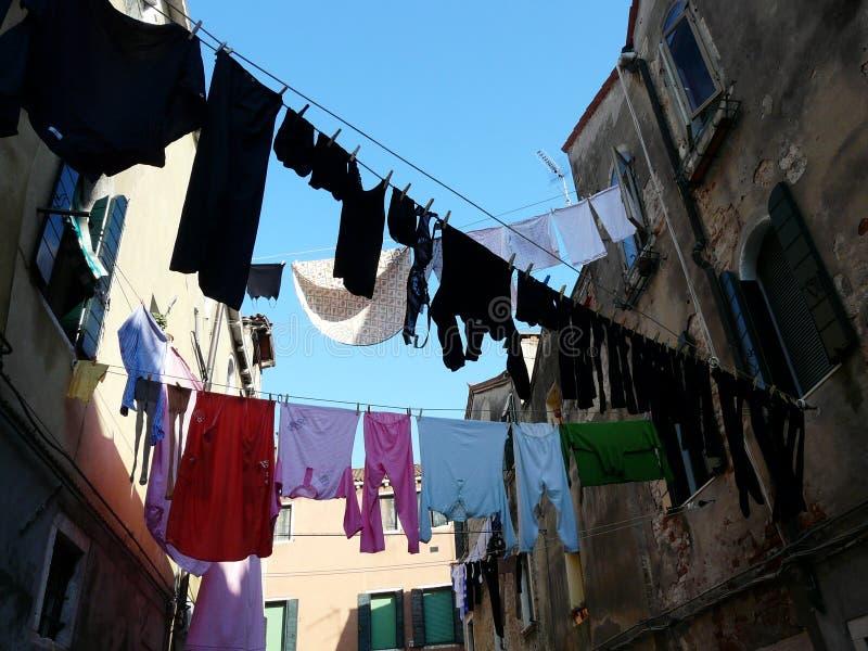 Большое мытье на узкой улочке в Венеции стоковое изображение rf