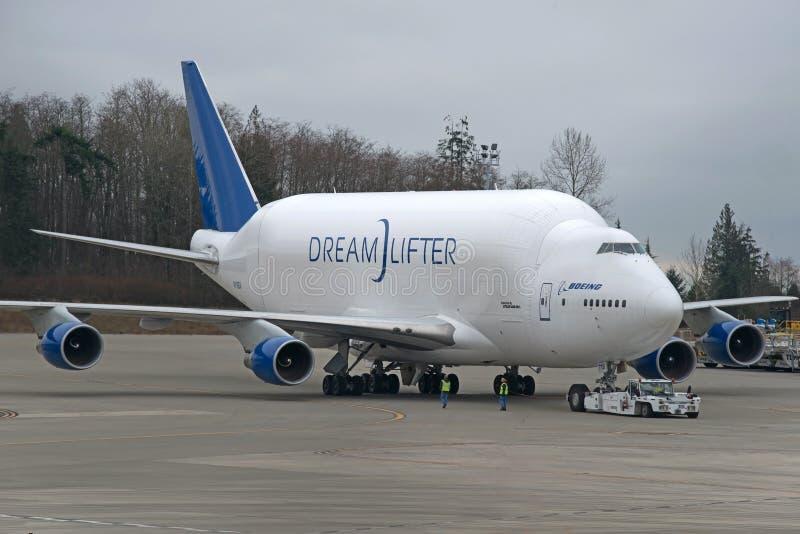 Большое тяжелое громоздк Боинга - двигатель Dreamlifter получая готовый стоковое фото rf