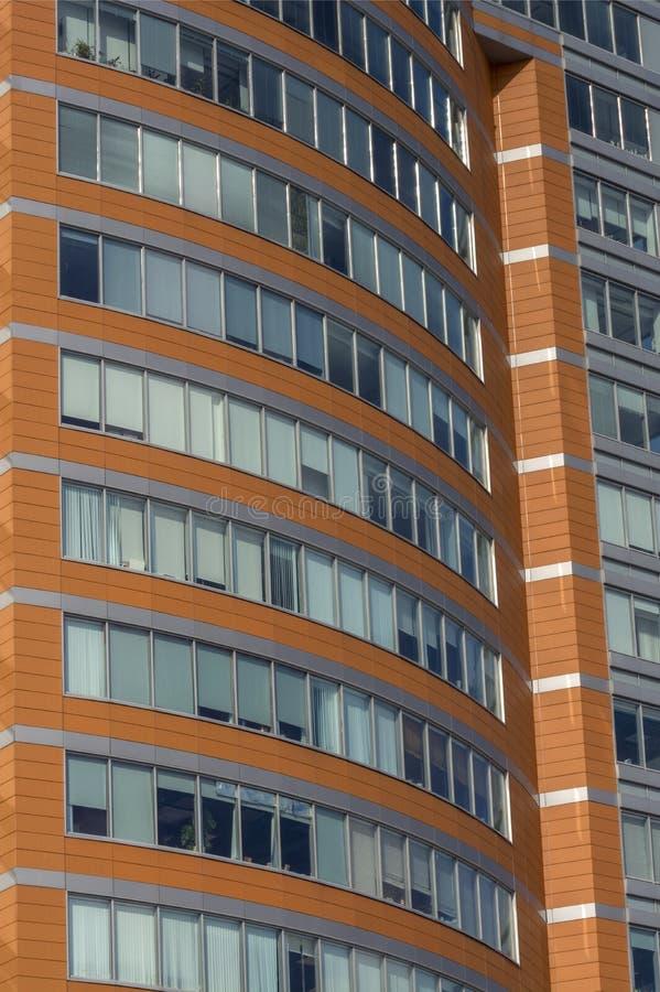 Большое Windows в офисном здании в деловом районе стоковые изображения rf