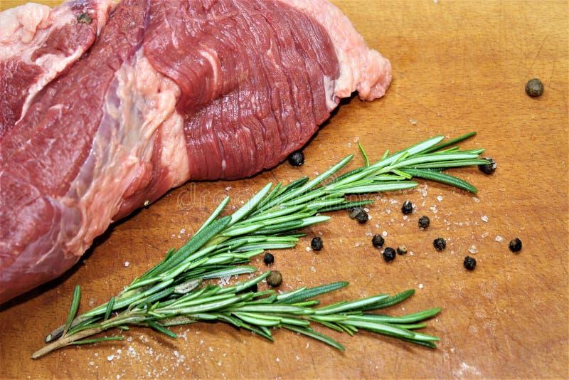 Большой кусок говядины с розмариновым маслом Мраморизованное мясо стоковое изображение
