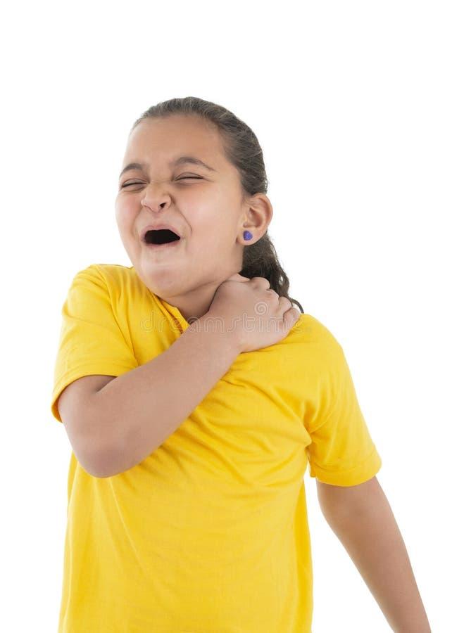 Боль плеча маленькой девочки страдая стоковые фото