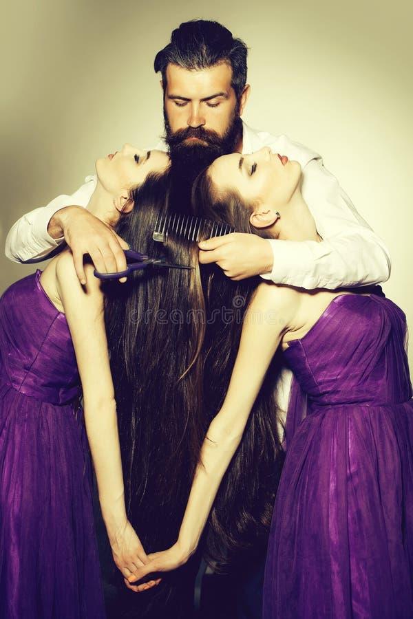 Бородатый парикмахер человека и 2 женщины стоковое изображение rf