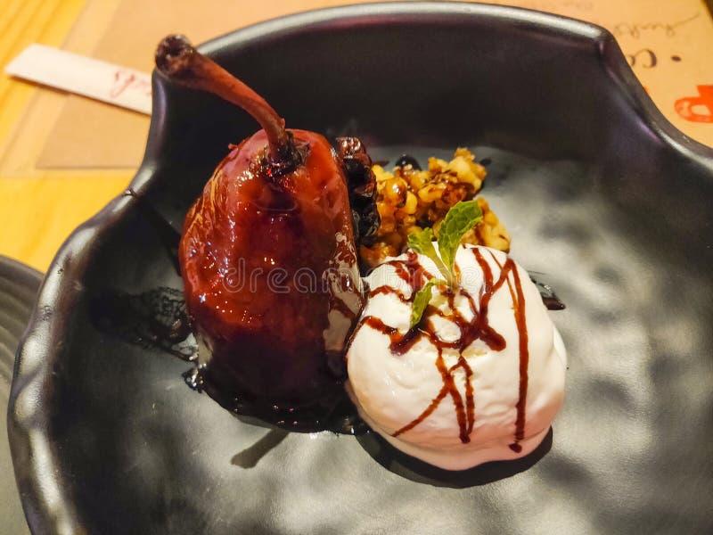 Ванильное мороженое с персиком стоковая фотография